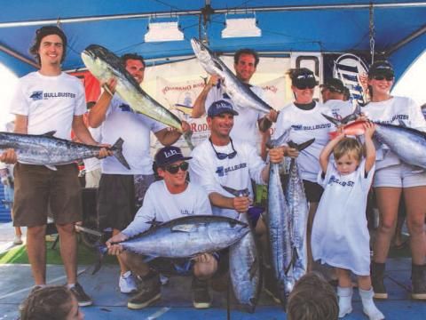 Mostrando a pesca no Rodeio de pesca da praia de Pompano