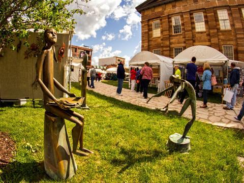 Algumas das peças expostas no Old Capitol Art Fair