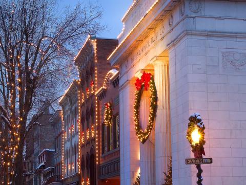 Uma rua decorada durante o First Night