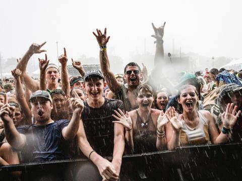 A multidão feliz no Festival de música e artes de Sloss