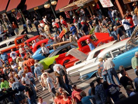 Filas de carros em exibição no Kool Deadwood Nites