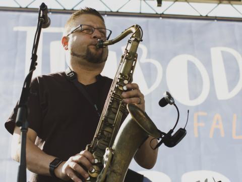 Música tradicional durante o Big Boy's Main Street Cook-Off and Thibodeauxville Fall Festival