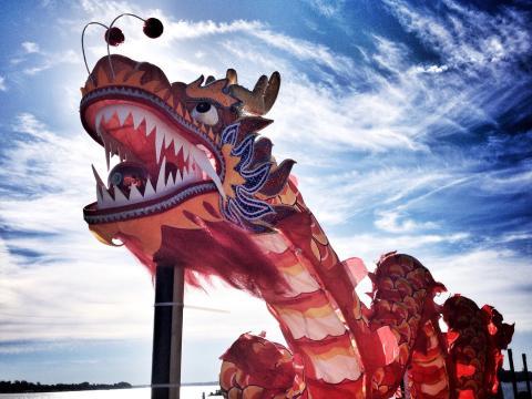 Um dragão colorido toca o céu durante o Dragon Boat Festival