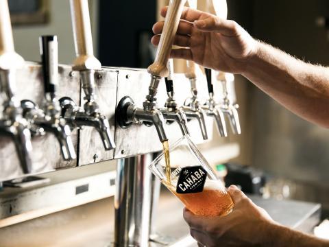Sirva-se com uma cerveja artesanal na empresa Cahaba Brewing Company em Birmingham