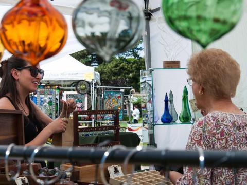 Artes cheias de cor à venda na Feira de artes Summerfest em Logan