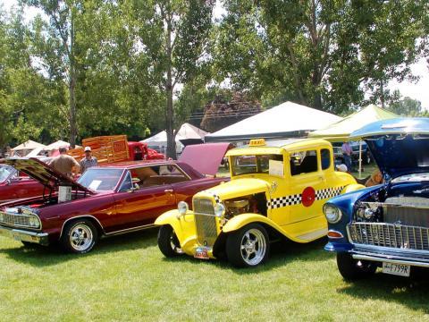 Carros clássicos em exibição no Cache Valley Cruise-in