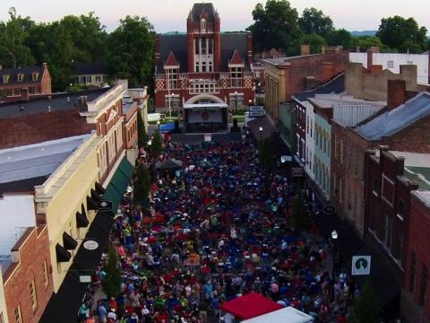 Centro de Bardstown agitado para o Bourbon City Street Concert