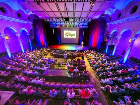 Esperando a próxima atração durante o Festival internacional de filmes gay + lésbicos de Tampa