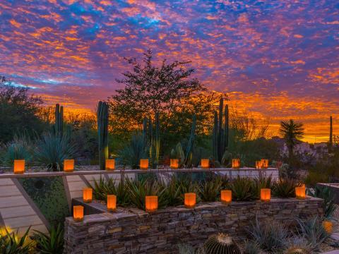 Lanternas ao pôr do sol durante Las Noches de las Luminarias em Scottsdale, Arizona