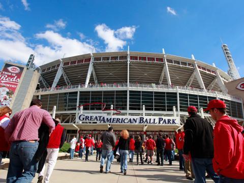 Entrada do Great American Ball Park no dia que começa a temporada de beisebol para o Reds