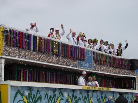 Um carro alegórico com tema de beisebol durante a Parada Krewe of Dionysos de Mardi Gras