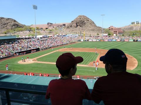 Assistindo a um jogo de treinamento de primavera de baseball em Tempe, Arizona