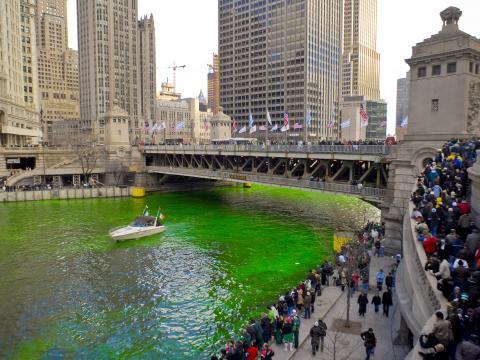 Observando o Rio Chicago ficar da cor verde esmeralda para o Dia de São Patrício