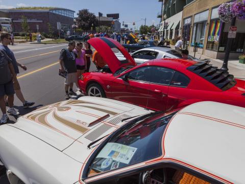 Admirando carros clássicos que participam do Woodward Dream Cruise
