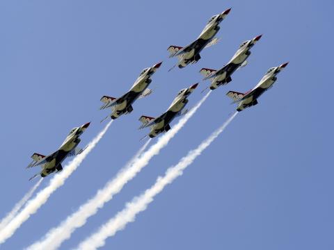 Aviões sobrevoando o céu no Duluth Air Show, em Minnesota