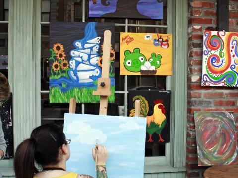 Artista trabalhando durante a Spring Art Walk, de Lake Charles
