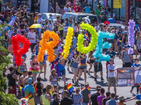 Participantes carregam balões coloridos durante a parada da Pridefest de Denver