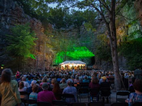Uma apresentação de música ao vivo em uma caverna durante Three Caves Concert Series em Huntsville, Alabama