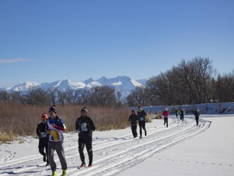 Participantes correndo no Rio Frio Ice Fest 5K em Alamosa, Colorado