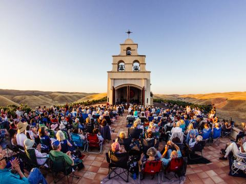 Apresentação do Festival Mozaic na Serra Chapel, Condado de San Luis Obispo, Califórnia