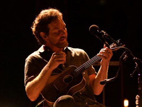 Apresentação de Eddie Vedder no Ohana Music Festival em Dana Point, California