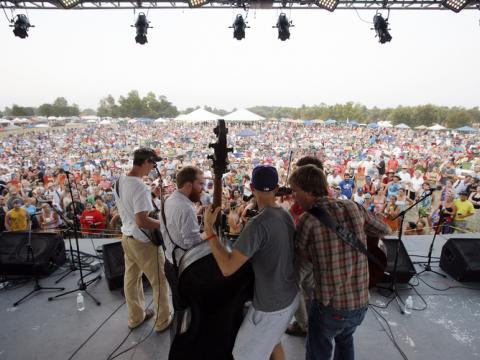 Apresentação de música bluegrass ao vivo durante o festival ROMP em Owensboro, Kentucky