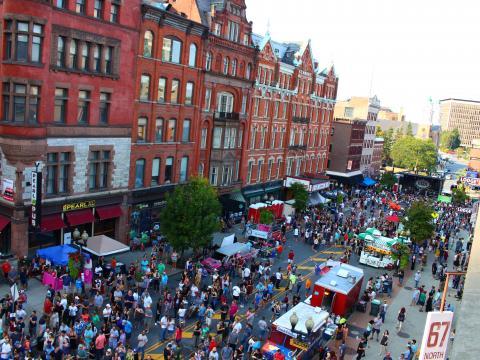 Vista aérea do festival de rua PearlPalooza, em Albany, Nova York