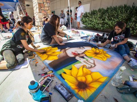 Arte em giz ao vivo durante o Chalk the Block festival em El Paso, Texas
