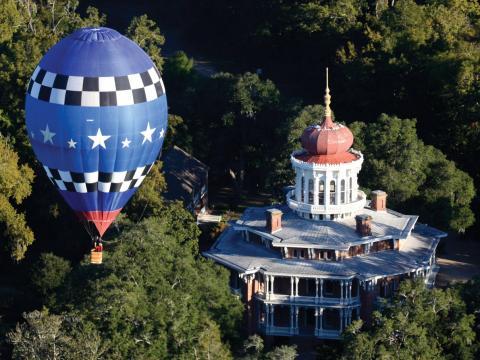 Balão de ar quente flutuando sobre a mansão Longwood, em Natchez, Mississippi