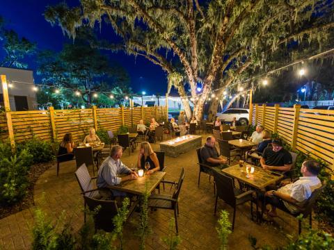 Refeição no pátio do restaurante Lagniappe na Ilha Amélia, Flórida