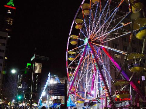 Uma roda-gigante no centro, no First Night Raleigh