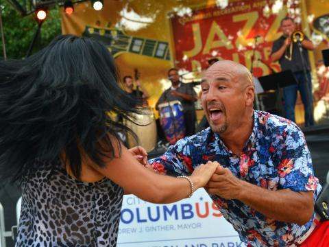 Dançando ao som da música ao vivo durante o Jazz & Rib Fest, em Columbus, Ohio