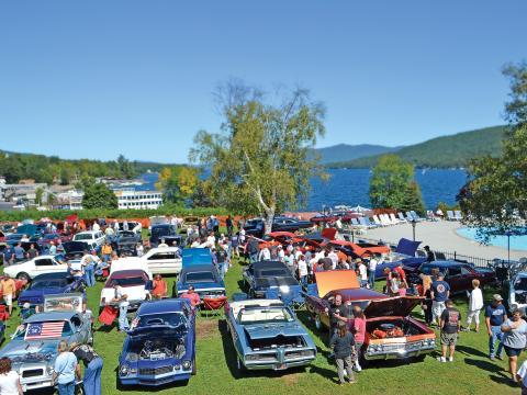 Carros antigos em exposição durante o Adirondack Nationals Car Show com vista para o lago George, Nova York