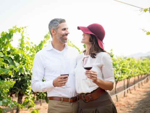 Um casal provando vinhos em um vinhedo em Temecula Valley, Califórnia