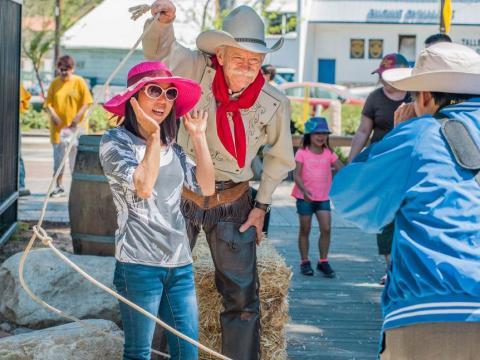 Tirando foto com um caubói no Santa Clarita Cowboy Festival, na Califórnia