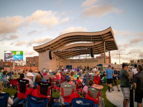 Curtindo música ao vivo na série de concertos de verão Levitt at the Falls, em Sioux Falls