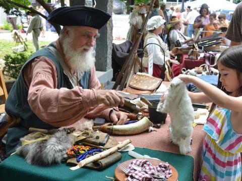 Interagindo com um ator fantasiado na East Tennessee History Fair, em Knoxville