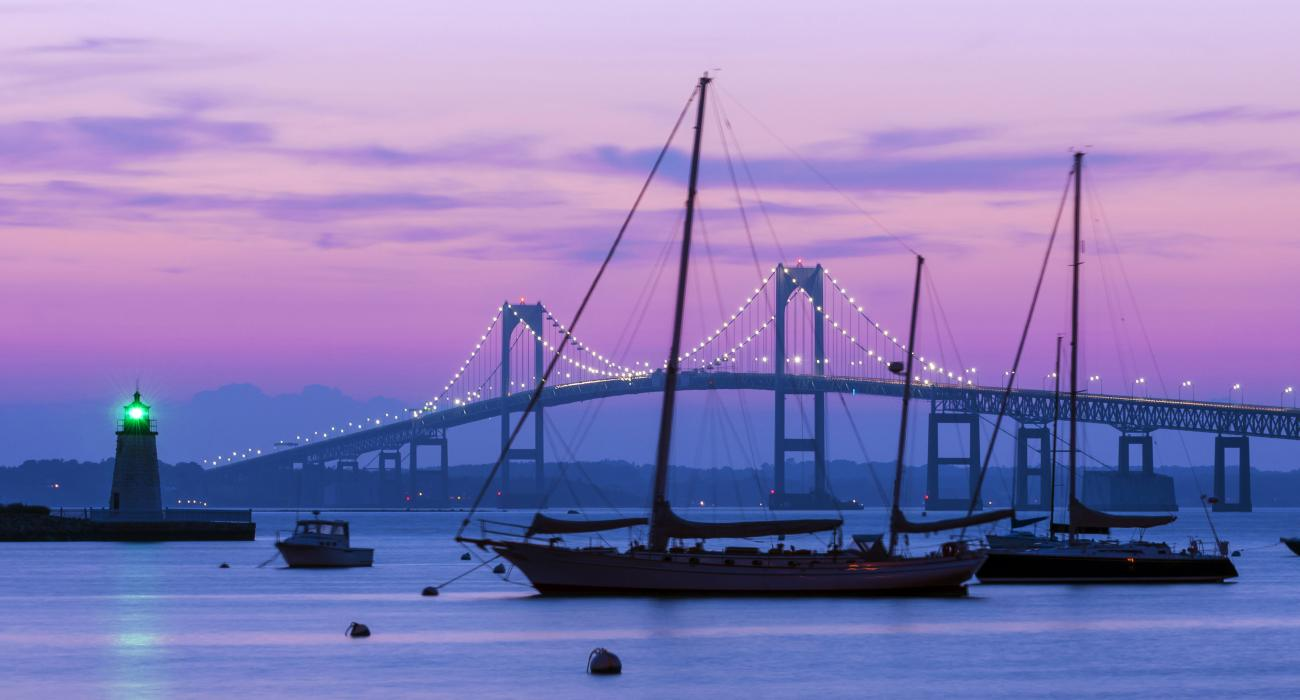 A Newport Bridge e o farol de Goat Island ao pôr do sol