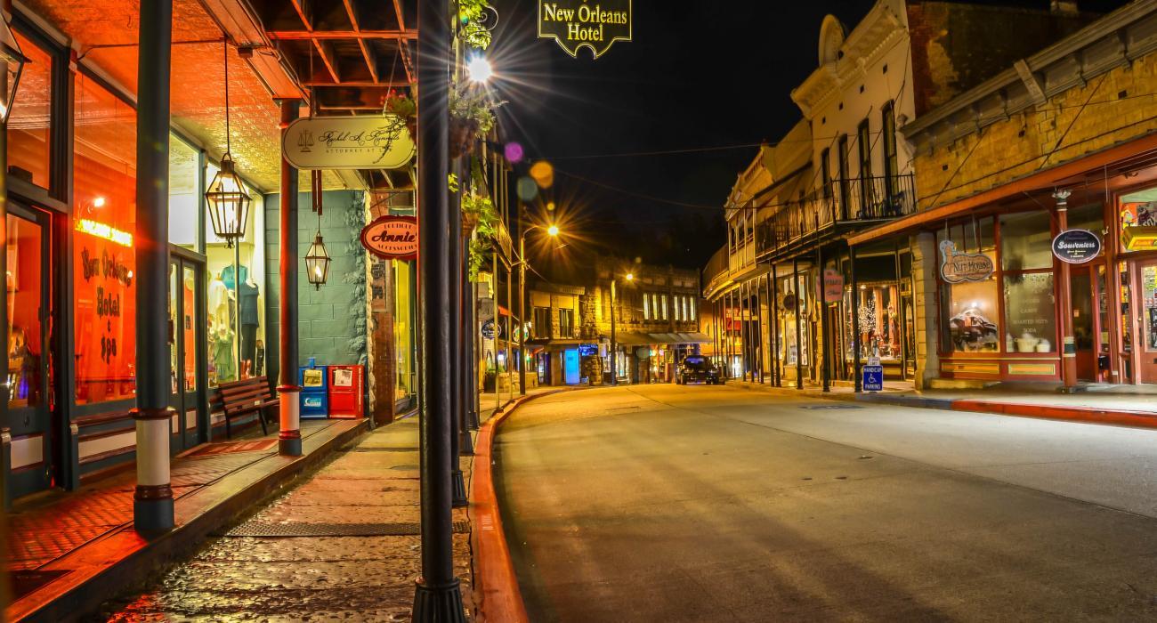 dff3b6bd827c5 Vista noturna do New Orleans Hotel de 1892 e da Spring Street no centro da  cidade