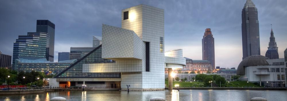 Rock & Roll Hall of Fame do outro lado do Lago Erie em Cleveland, Ohio